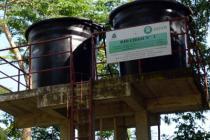 Tienen un acueducto artesanal que transporta el agua a través de mangueras e irriga el agua con agua de un motor que funciona con luz solar. El proceso de purificación se hace con filtros y trampas de grasa. Foto: Oxfam