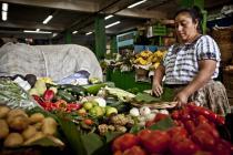 Una mujer en su puesto de venta de verduras en el mercado central de Guatemala. Foto: Pablo Tosco/Oxfam