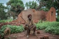 A woman in Bria sitting in front of her house, which has been destroyed by the attacks of armed groups - Pablo Tosco/Oxfam