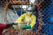 Medical staff at Lakka Ebola Holding Centre, in Sierra Leone. Photo : Pablo Tosco/Oxfam