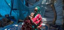 Fatma Abba, de 17 años, tuvo que huir de su aldea en Níger debido a las amenazas de Boko Haram. Ahora vive en un campo para personas desplazadas internas con su hijo de un año. Fotografía: Vincent Tremeau/Oxfam