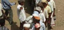 Gente haciendo cola para conseguir vales para comprar comida, Yemen. Foto: Carol