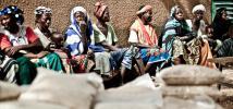 Groupe de femmes durant une distribution alimentaire dans la communauté de Konean, au Burkina Faso. Photo : Pablo Tosco/Oxfam