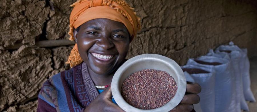 Une femme, au Rwanda, montre des graines qui lui ont été remis dans le cadre du programme Oxfam s'emballe/Unwrapped. Photo : Steve Simon