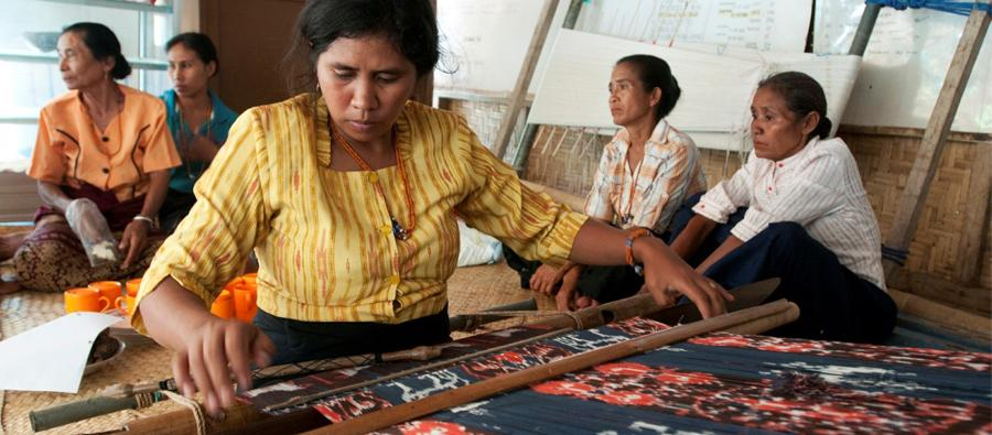 Dang Alila, a member of the Tapawallabadi group, is demonstrating how to weave cloth in Mbatakpidu, Indonesia