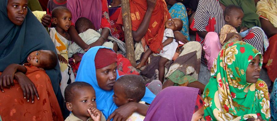 Des femmes attendent avec leurs enfants dans un centre de santé, en Somalie.
