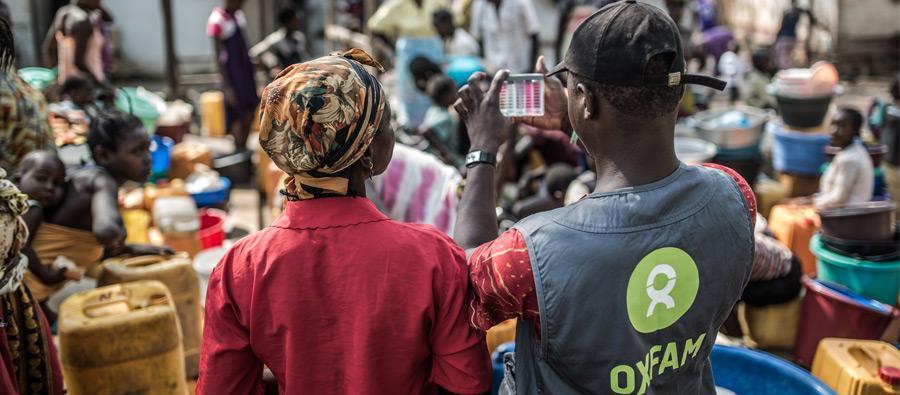 Un technicien eau et assainissement d'Oxfam mesure la potabilité de l'eau à un point de collecte et de distribution dans le camp de déplacés de Mukassa, à Bangui, en République centrafricaine. Crédit: Pablo Tosco/Oxfam