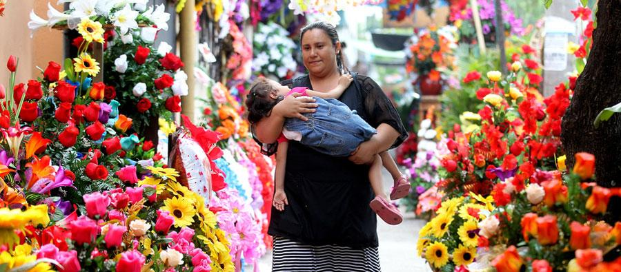 Mujer entre flores. Foto: Oxfam