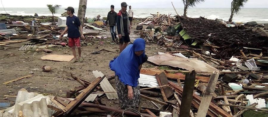 Des habitants de Carita Beach, sur l'île de Java (Indonésie), fouillent les décombres de leurs maisons, à quelques mètres du rivage où le tsunami a déferlé. Photo SEMI/AFP/Getty Images