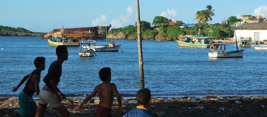 La Playita, en Baracoa, es una de las comunidades más vulnerables de la ciudad ante fenómenos naturales y concentra altos riesgos sociales frente a las políticas macroeconómicas en curso en la Isla. Foto: Marianela González / Oxfam en Cuba