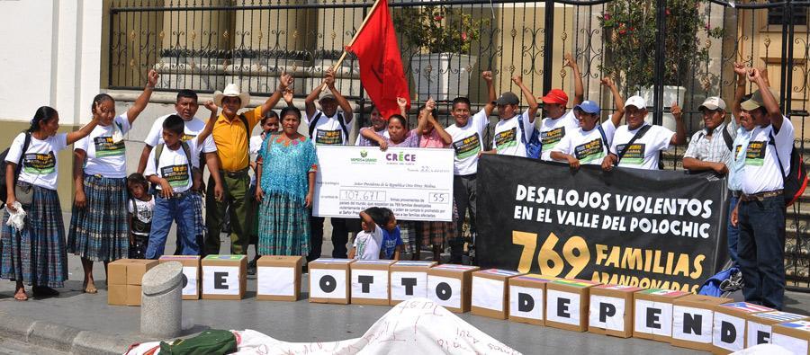 Entrega de las 107 mil firmas de ciudadanos y ciudadanas de 55 países  al ministro de Agricultura de Guatemala, 2013. Foto: Oxfam