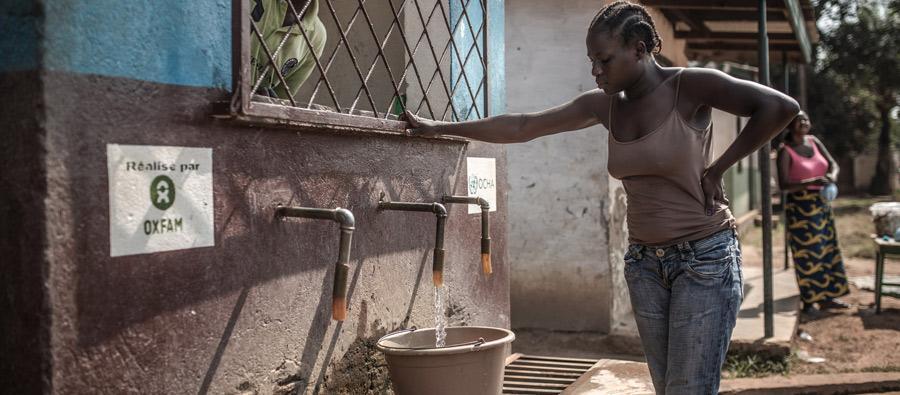 Les kiosques à borne fontaine (KBF) font partie du paysage urbain de Bangui. En garantissant un accès à l'eau, ces petites maisons bleues assurent qu'il y a de la vie dans les quartiers. Crédit: Pablo Tosco/Oxfam