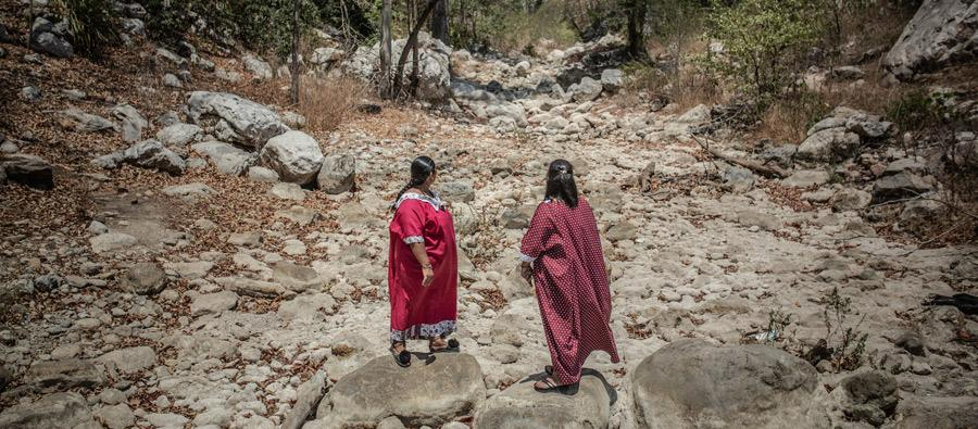 Janeth Pareja Ortiz junto a Angélica Ortiz, del clan Ipuana, en medio del cauce del Arroyo Aguas Blancas, Colombia. Ellas son defensoras de derechos humanos, territoriales y ambientales. Foto: Pablo Tosco/Oxfam