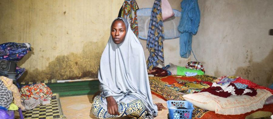 Aïcha, 25 ans, a fui avec ses trois enfants après que Boko Haram a brûlé son village et assassiné son mari. Elle vit au sein de la communauté de Kabbar Maila, dans la ville de Maiduguri, où elle a trouvé refuge après avoir passé 18 jours dans la forêt.