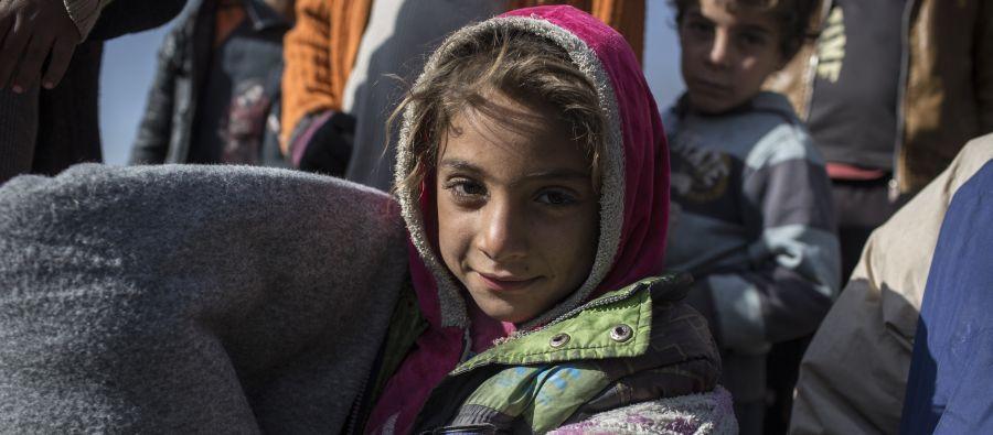 Rasha*, 7 ans, tient l'une des couvertures données par Oxfam à 400 familles lors d'une distribution de colis pour l'hiver, à West Owsija, en Irak. Photo: Sam Tarling/Oxfam