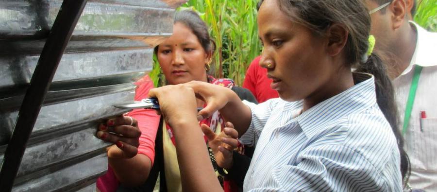 Sangita Thami, apprend à construire un abri de transition à Chokati (district de Sindhupalchok). Sangita et son équipe ont déjà construit 26 abris de ce genre. Elle se dit ravie d'avoir acquis des compétences essentielles. Photo : Catherine Mahony/Oxfam