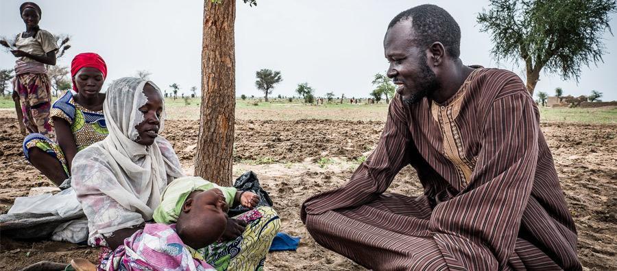 Andrew a été sélectionné pour le « programme de transfert monétaire sans condition ». Il est reconnaissant aux organisations qui les aident à présent, lui et sa famille. Photo : Tom Saater/Oxfam
