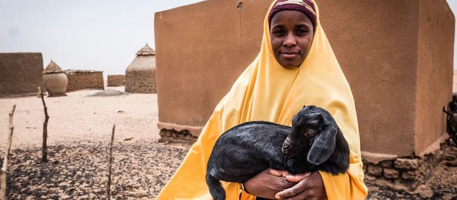Au Niger, les éleveurs nomades ont perdu la majeure partie de leur troupeau à cause des sécheresses. L'AREN, un partenaire d'Oxfam, a donné des chèvres à Namata afin qu'elle puisse subvenir aux besoins de sa famille. Photo : Tom Saater/Oxfam