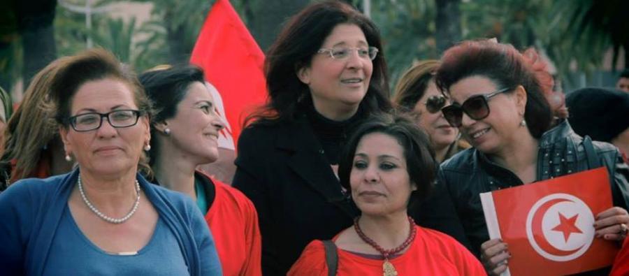 Najoua Makhlouf, presidenta de la comisión de Mujeres de la UGTT, socia de Oxfam, marcha con otras defensoras de los derechos de las mujeres en Túnez.