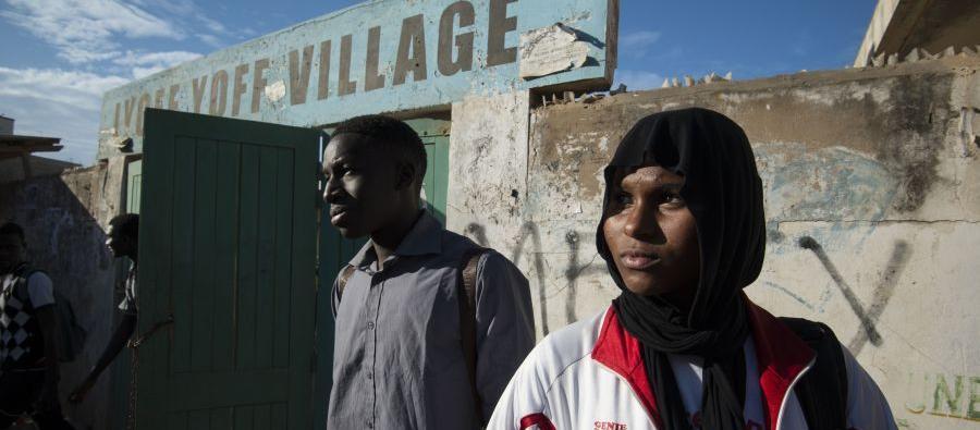 Mamadou Thioye, 19 ans, et Aisha*, 16 ans sont lycéens. Tous deux participent au programme « Connecting 4 Life », dont l'objectif est d'améliorer l'éducation sexuelle des jeunes par le biais d'une plate-forme éducative en ligne. Photos : Brett Eloff/Oxfam