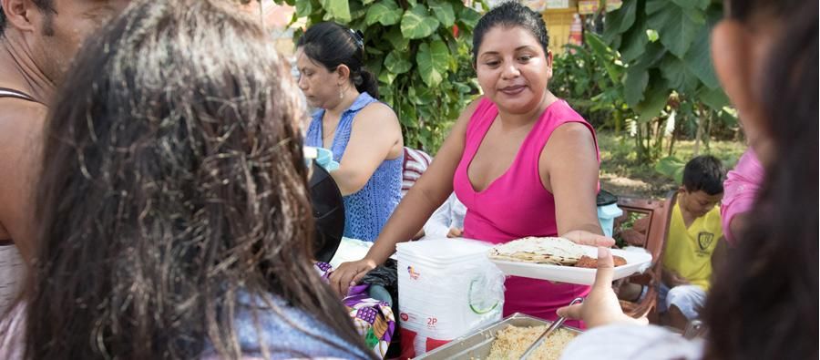 With the support of Oxfam and our partner COCIGER, migrants in Tecún Umán are getting hot meals every day. We have also been distributing hygiene materials and nutrition kits for children aged under five. Foto: Elizabeth Stevens/Oxfam