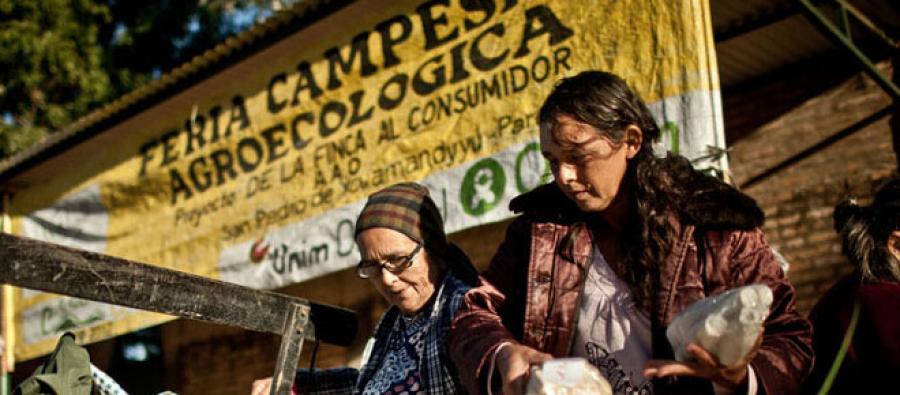 Dos mujeres feriantas descargan los productos que pondrán a la venta en el mercado de San Pedro. Foto: Pablo Tosco / Oxfam Intermón