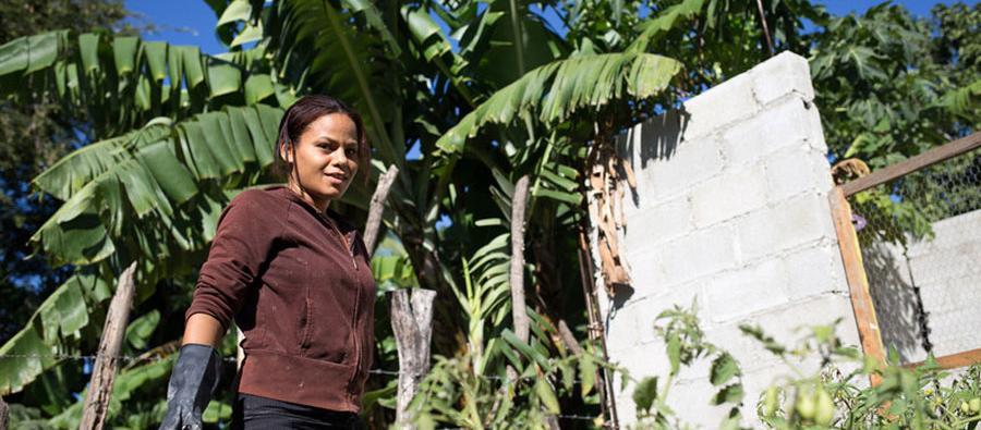 Millys Espinoza ha mejorado los ingresos y la alimentación de su familia gracias a los huertos familiares. Foto: Fran Alonso / Oxfam Intermón