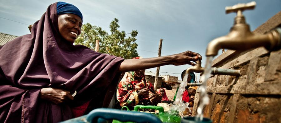 Woman collecting water in Somaliland. Photo: Pablo Tosco/Oxfam