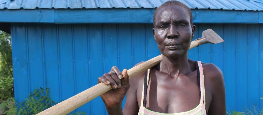 """En Sudán del Sur, Oxfam ha capacitado en mejores técnicas de cultivo, almacenamiento y marketing a productoras como Elizabeth. """"Con el dinero, puedo mandar a mis hijos a la escuela y pagar los servicios sanitarios"""", cuenta. Foto:Tim Bierley/Oxfam"""