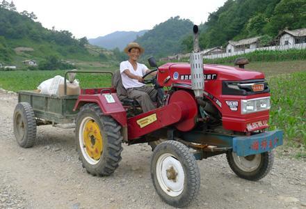 Un homme sur un tracteur en République populaire démocratique de Corée.